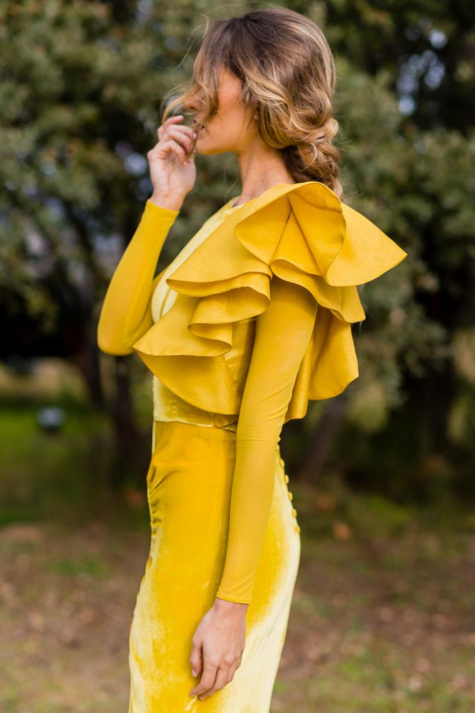 5.Vestido_invitada_amarillo_terciopelo_volante_bridalada